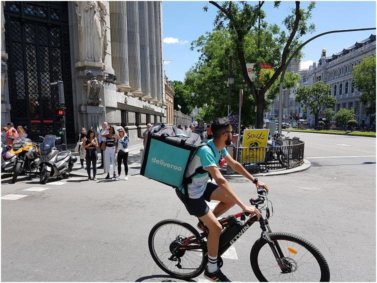 repartidor en bicicleta deliveroo